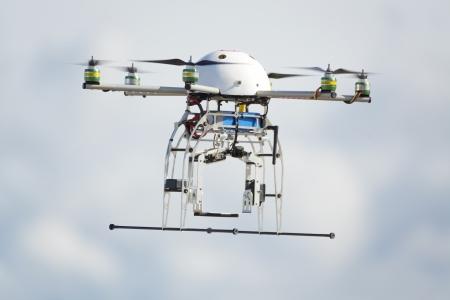 曇り空を飛んでいる uav ロボット 写真素材