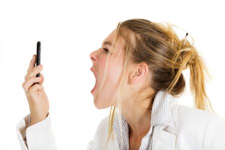 Woedend zakenvrouw schreeuwen op telefoon Stockfoto
