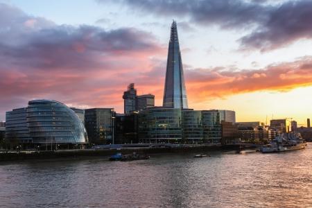 Schemering op de nieuwe skyline van Londen, uitzicht vanaf de Tower Bridge Stockfoto