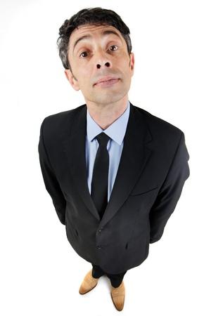 Fun hoge hoek volledige lengte portret van een hooghartige zakenman met een hooghartige uitdrukking te kijken naar de camera op wit wordt geïsoleerd
