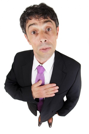 earnest: Humor�stico retrato de un hombre con la mano a su coraz�n mirando a la c�mara con una mirada de inocencia mientras declara su sinceridad y lealtad