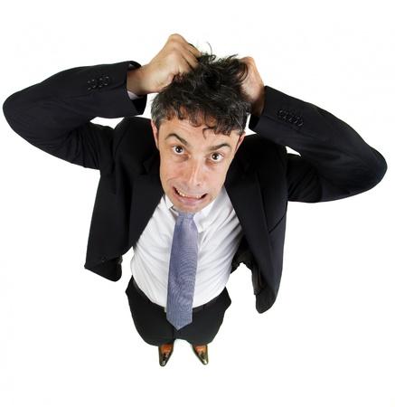 高角楽しい絶望と白で隔離の不満で彼の髪を引き裂く成熟したビジネスの男のポートレート