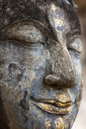 cabeza de buda: Detalle Jefe de la antigua estatua de Buda en el Wat Saphan Hin templo en el parque histórico de Sukhothai, Tailandia Foto de archivo