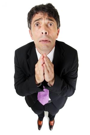 suplicando: Humor?stico alto ?ngulo retrato de cuerpo entero de un hombre de negocios desesperado expresivo oraci?n de s?plica pidiendo ayuda aislado en blanco