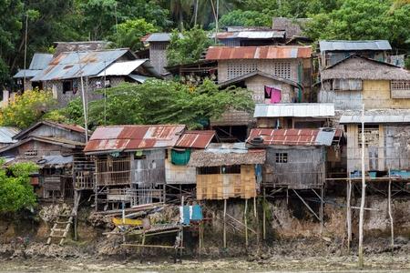Kalikud 島、フィリピンの貧民木造の家します。