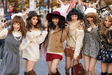女の子のグループは 2011 年 11 月 25 日に日本の東京渋谷交差点近くの通りファッション広告の通りの真ん中でポーズをとって東京, 日本, 11 月 25 日。 報道画像