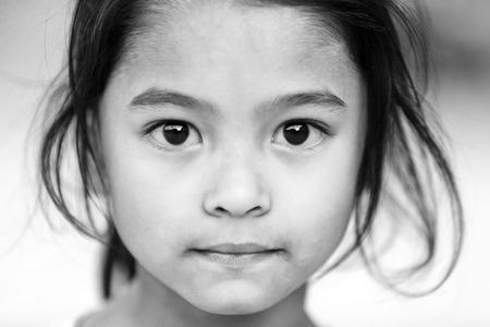 arme kinder: Bhaktapur, Nepal, 24. November 2010: Nahaufnahme Porträt einer nepalesischen Mädchen posiert in der Haupt Bhaktapur Platz