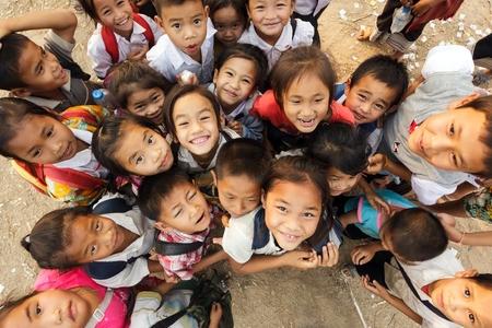 Sayaboury, Laos, 16. Februar 2012: Gruppe von fröhlichen nicht identifizierte Kinder posieren während des Elefantasia Festival am 16. Februar 2012 in Sayaboury, Laos Standard-Bild - 32353883