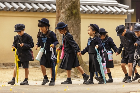 奈良、日本、2011 年 11 月 18 日: 日本人学生は京都に近い奈良の小学校から戻って来ています。