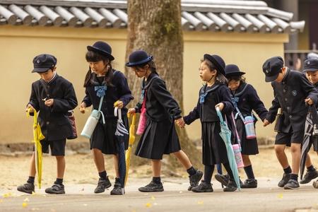 niños saliendo de la escuela: Nara, Japón, 18 de noviembre de 2011: los jóvenes estudiantes japoneses están regresando de la escuela primaria en Nara, cerca de Kyoto, Japón.