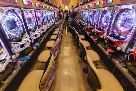 Kyoto, Japan, 15. November 2011: Einige Kunden werden in einer Pachinko Halle Glücksspiel, traditionelle japanische Spiel in Kyoto, Japan Standard-Bild - 33686812