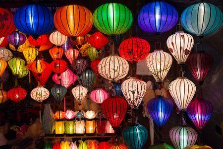 ベトナム ・ ハノイに、夜に照らされた工芸品のカラフルなランプ