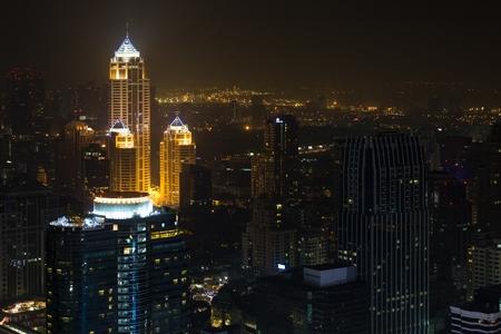 mundo contaminado: Bangkok ciudad por la noche, vista desde el Centara Grand torre