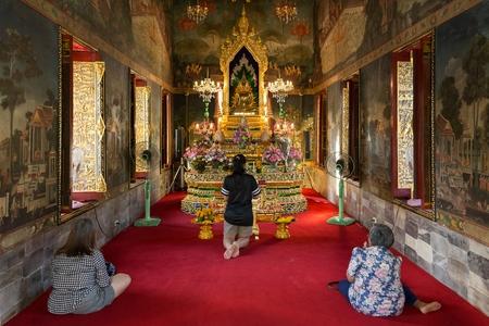 mujeres orando: Mujeres rezando en el Wat Pathum Wanaram templo budista en Bangkok, Tailandia Editorial