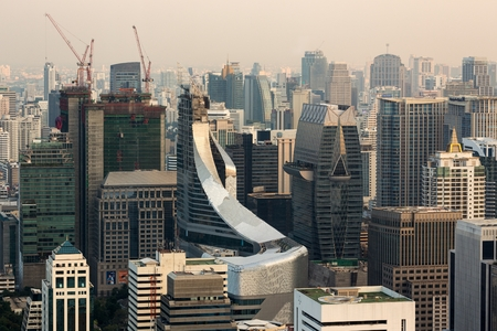 mundo contaminado: Horizonte de Bangkok, en el distrito de Central World, Tailandia