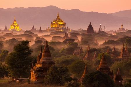 Pagode landschap onder een warme zonsondergang in de vlakte van Bagan, Myanmar (Birma)