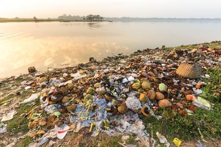 Water pollution: ô nhiễm rác bằng nhựa và bao bì khác các chất liệu trên bờ của hồ Taungthaman ở gần cầu U Bein ở Myanmar (Miến Điện)