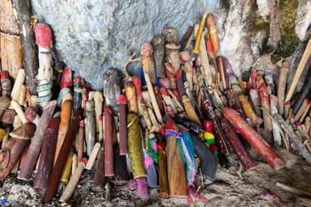 pene: Simboli fallici religiose offerte nella grotta della principessa Pranang, Krabi, in Thailandia