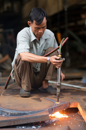 can tho: CAN THO, VIETNAM, DECEMBER 11, 2014 : A man is welding a metallic structure without any protection in the market of Tan An in Can Tho, Vietnam