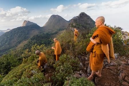 sotana: Chiang Dao, Tailandia, 05 de enero de 2015: Un grupo de monjes budistas está de pie en la parte superior de la Chiang Dao montar en la oscuridad para el nuevo año en Tailandia.