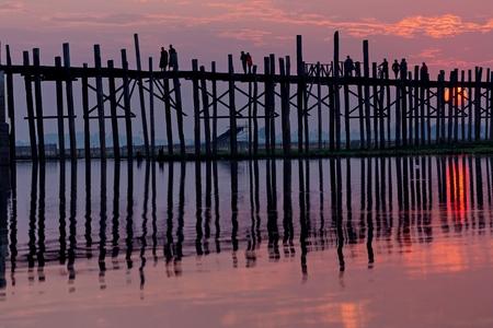 teck: U bein wooden teck bridge under red sunset in Myanmar
