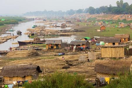 mundo contaminado: Slum pueblo cerca del río en la ciudad de Mandalay en Myanmar (Birmania)