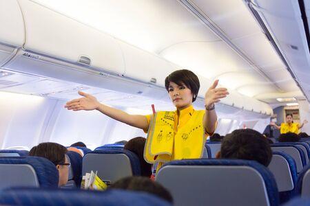 air hostess: BANGKOK, THAÏLANDE, 5 janvier 2016: Une hôtesse de l'air de la compagnie Nok Air montre les règles de sécurité avant de décoller de l'aéroport de Don Muang à Bangkok, Thaïlande
