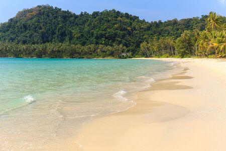 mook: Tropical sea shore os the Ao Phrao beach in Ko Mook island, Thailand