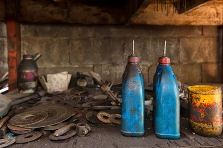 bureta: buretas de plástico aceitosos en un taller mecánico tornero
