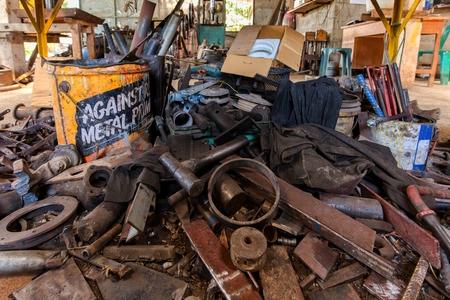 oxidado: Montón de piezas mecánicas en un taller mecánico tornero