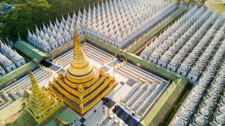 Luchtfoto van de Kuthodaw-pagode omgeven door 729 heiligdommen met 's werelds grootste boek Stockfoto