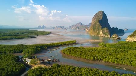マングローブの木の森とアンダマン海タイの丘パンガー湾の航空写真