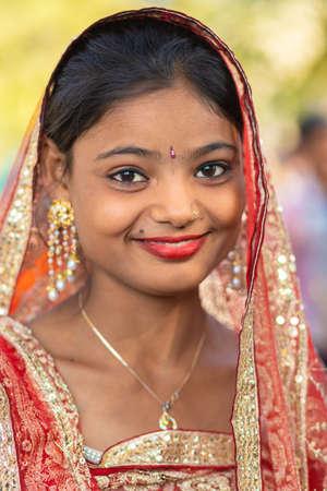 SARNATH, INDIEN, 21. JANUAR 2019: Porträt einer indischen Zigeunerin in der Straße von Sarnath.