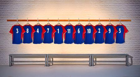 Fila de la camisa azul 3-5 del equipo de fútbol que cuelga en la pared del vestuario