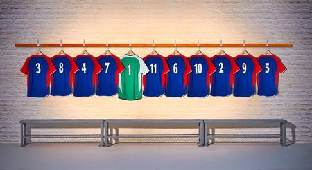 Fila de camisas azules del equipo de fútbol con la camisa verde 3-5 Foto de archivo
