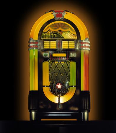 Jukebox in studio su sfondo nero Archivio Fotografico - 85088539