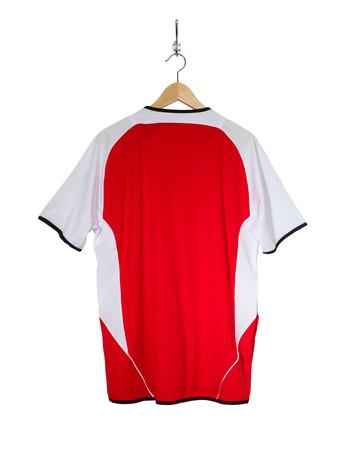 Rode voetbalshirt opknoping op de haak en geïsoleerd op een witte achtergrond Stockfoto - 85426397