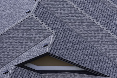 Toit dans une subdivision nouvellement construite à Kelowna en Colombie-Britannique Canada montrant des bardeaux d'asphalte et plusieurs lignes de toit Banque d'images