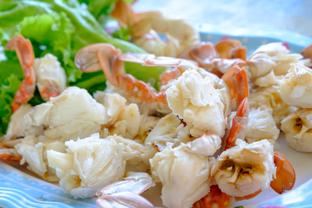 Steamed crabs peeled off and crab meat put it on a plate Banco de Imagens - 99042478
