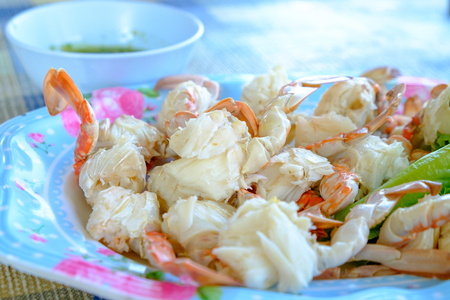 Steamed crabs peeled off and crab meat put it on a plate Banco de Imagens - 99911448
