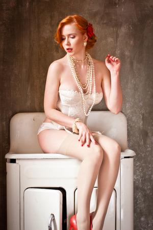 pelirrojas: joven y atractiva mujer pelirroja en lencería blanca