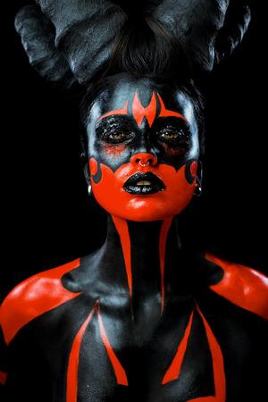 Portret van mooie en enge duivel vrouw Stockfoto