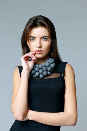 Hermosa mujer modelo posando en collar de joyas