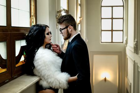 relaciones sexuales: Foto de la manera atractiva romance de la pareja de amantes. Mujer con el pelo rizado negro y tela de piel y traje de hombre que lleva