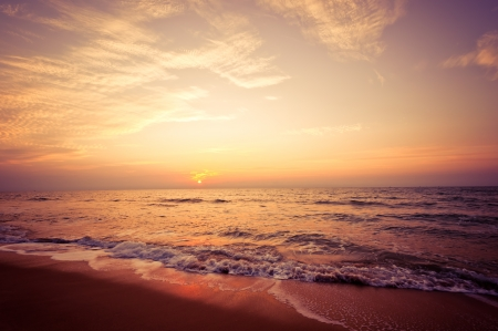 Beach in Cha-am, Thailand. Shooted in the morning with amazing sunrise sky. 版權商用圖片 - 14693915