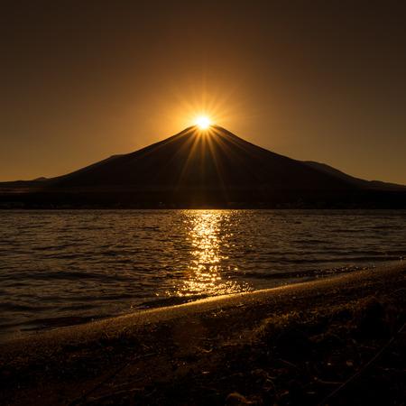 Sunset on the top of Mount Fuji (Diamond fuji) at lake yamanaka (Yamanakako), Yamanashi, Japan. 版權商用圖片