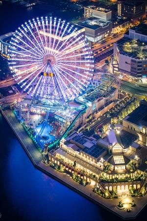 日本: 夜、横浜コスモワールド遊園コスモ時計 21 観覧車の眺め。