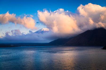 Mount Fuji and lake Motosu (Motosuko) in Yamanashi, Japan 版權商用圖片 - 96414246