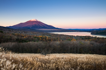 Mount Fuji and lake Yamanaka (Yamanakako) from Fuji Panoramadai viewpoint in the morning, Yamanashi, Japan 版權商用圖片 - 96414251