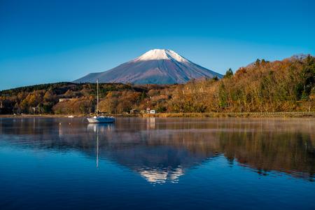 Mount Fuji and lake Yamanaka (Yamanakako), Yamanashi, Japan 版權商用圖片